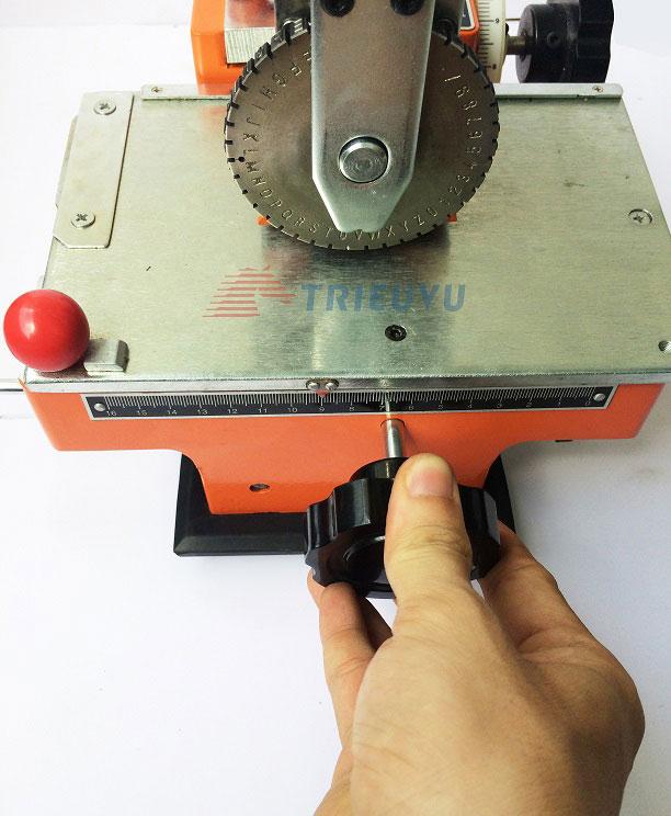 Máy dập chữ và số trên thẻ kim loại 02