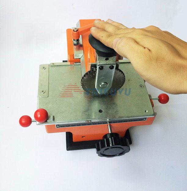 Máy dập chữ và số trên thẻ kim loại 03