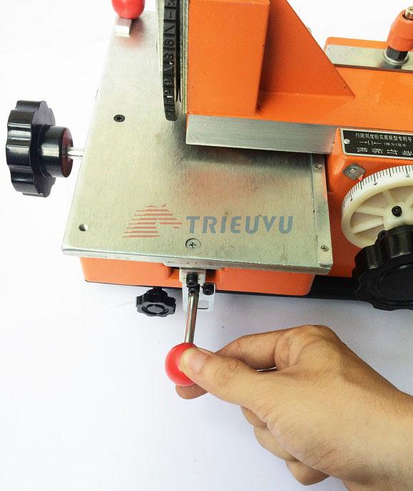 Máy dập chữ và số trên thẻ kim loại